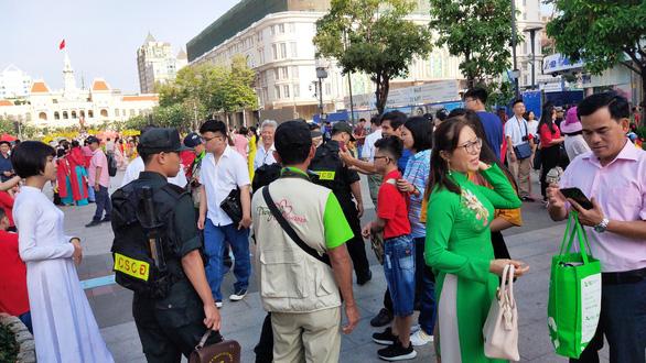 Đường hoa Nguyễn Huệ mở cửa 2 ngày, 9 trẻ nhỏ bị lạc - Ảnh 4.
