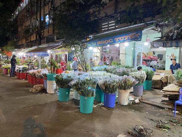 Tan tác chợ hoa Sài Gòn, tiền tỉ đổ bỏ ngày 30 tết - Ảnh 1.