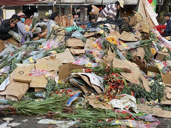 Tan tác chợ hoa Sài Gòn, tiền tỉ đổ bỏ ngày 30 tết - Ảnh 4.