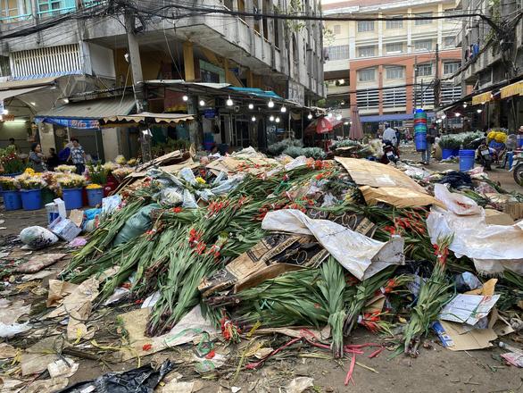 Tan tác chợ hoa Sài Gòn, tiền tỉ đổ bỏ ngày 30 tết - Ảnh 3.