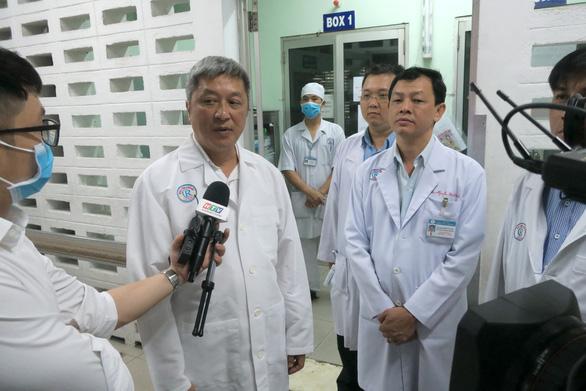 Thứ trưởng Bộ Y tế kiểm tra khu vực phòng chống lây nhiễm ở Bệnh viện Chợ Rẫy - Ảnh 1.