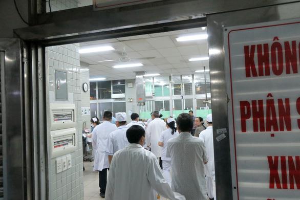 Thứ trưởng Bộ Y tế kiểm tra khu vực phòng chống lây nhiễm ở Bệnh viện Chợ Rẫy - Ảnh 4.