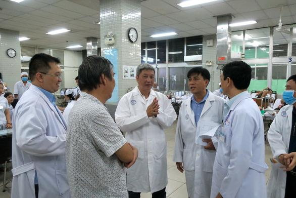 Thứ trưởng Bộ Y tế kiểm tra khu vực phòng chống lây nhiễm ở Bệnh viện Chợ Rẫy - Ảnh 6.