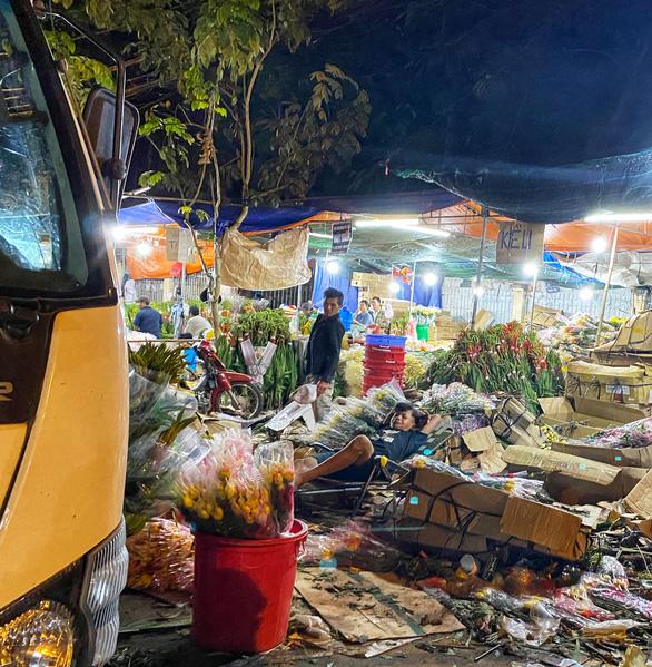 Tan tác chợ hoa Sài Gòn, tiền tỉ đổ bỏ ngày 30 tết - Ảnh 2.