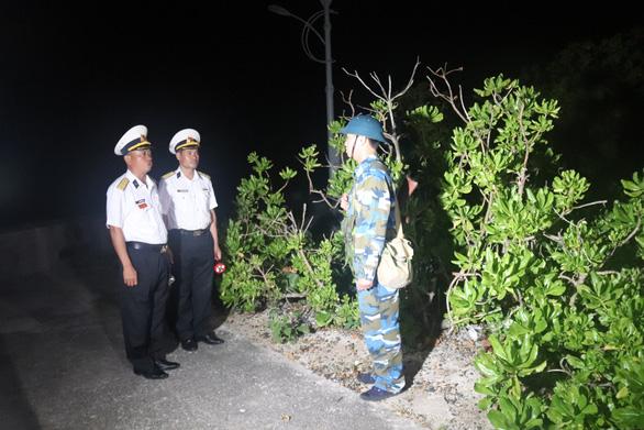Chúc tết, lì xì chiến sĩ trực vọng gác đảo Nam Yết đêm giao thừa - Ảnh 2.