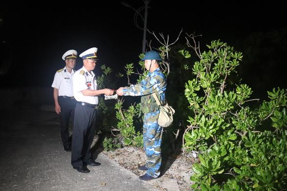 Chúc tết, lì xì chiến sĩ trực vọng gác đảo Nam Yết đêm giao thừa - Ảnh 3.