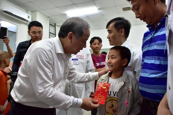 Chủ tịch Thừa Thiên Huế đón giao thừa và ăn cơm với bà con Thượng thành - Ảnh 3.
