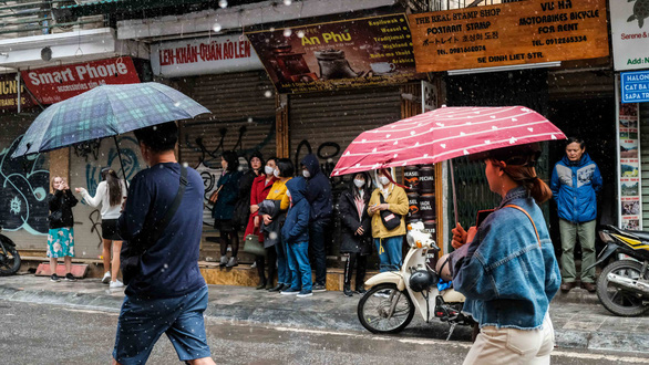 Mồng 1 tết, Hà Nội vừa ngớt lại mưa to, cuộc du xuân dang dở - Ảnh 1.
