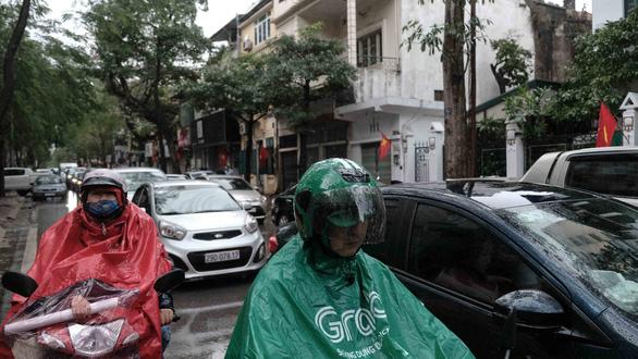 Mồng 1 tết, Hà Nội vừa ngớt lại mưa to, cuộc du xuân dang dở - Ảnh 4.