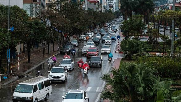 Mồng 1 tết, Hà Nội vừa ngớt lại mưa to, cuộc du xuân dang dở - Ảnh 10.