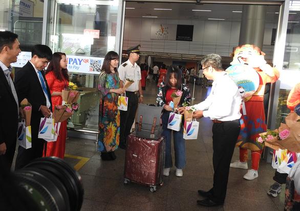 Đà Nẵng đón 120 khách du lịch đầu tiên năm mới Canh Tý 2020 - Ảnh 1.