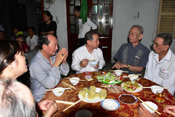 Chủ tịch Thừa Thiên Huế đón giao thừa và ăn cơm với bà con Thượng thành - Ảnh 1.