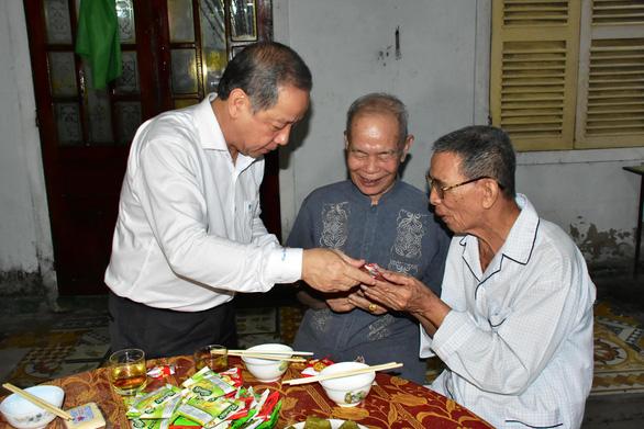 Chủ tịch Thừa Thiên Huế đón giao thừa và ăn cơm với bà con Thượng thành - Ảnh 2.