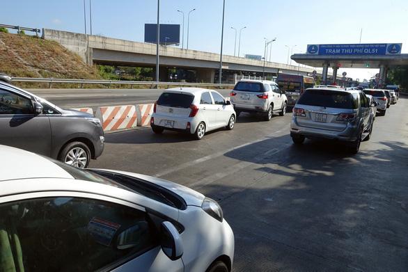 Du khách đổ về Vũng Tàu, quốc lộ 51 kẹt cứng, phải xả trạm - Ảnh 1.