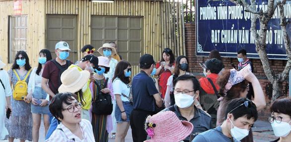 Sợ virus corona, khách Trung Quốc bịt kín khẩu trang ở Khánh Hòa - Ảnh 1.