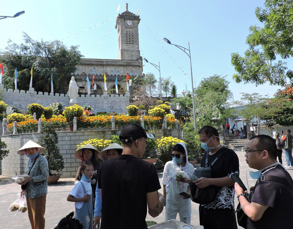 Sợ virus corona, khách Trung Quốc bịt kín khẩu trang ở Khánh Hòa - Ảnh 5.