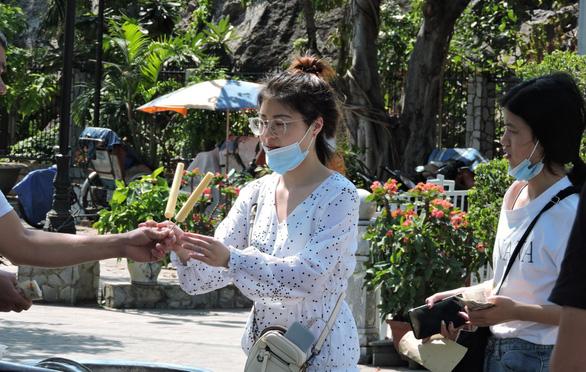 Sợ virus corona, khách Trung Quốc bịt kín khẩu trang ở Khánh Hòa - Ảnh 6.