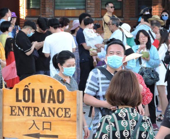 Sợ virus corona, khách Trung Quốc bịt kín khẩu trang ở Khánh Hòa - Ảnh 4.