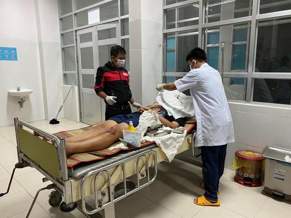Lật xe khách ở Phú Yên, hàng chục người bị thương - Ảnh 2.