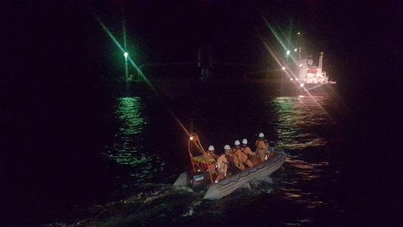 Ra khơi cứu thuyền viên Thái Lan gặp nạn ngay mùng 1 tết - Ảnh 2.