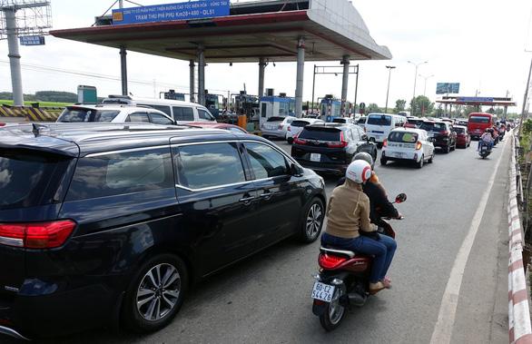 Du khách đổ về Vũng Tàu, quốc lộ 51 kẹt cứng, phải xả trạm - Ảnh 2.
