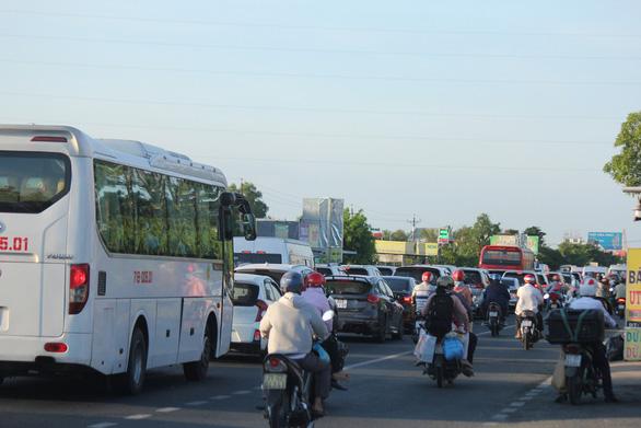 Mùng 2 tết: Xả trạm liên tục, cầu Rạch Miễu vẫn kẹt xe nghiêm trọng - Ảnh 3.