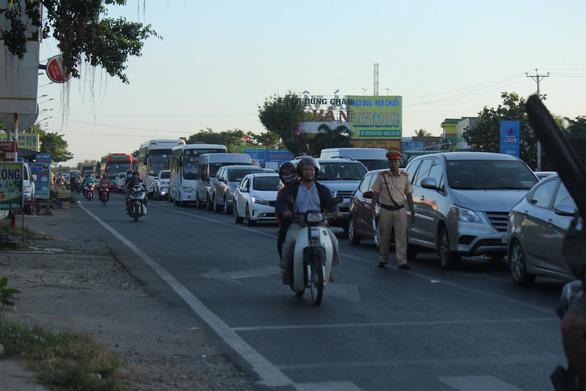 Mùng 2 tết: Xả trạm liên tục, cầu Rạch Miễu vẫn kẹt xe nghiêm trọng - Ảnh 6.