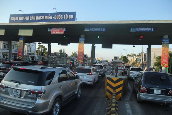 Mùng 2 tết: Xả trạm liên tục, cầu Rạch Miễu vẫn kẹt xe nghiêm trọng - Ảnh 9.