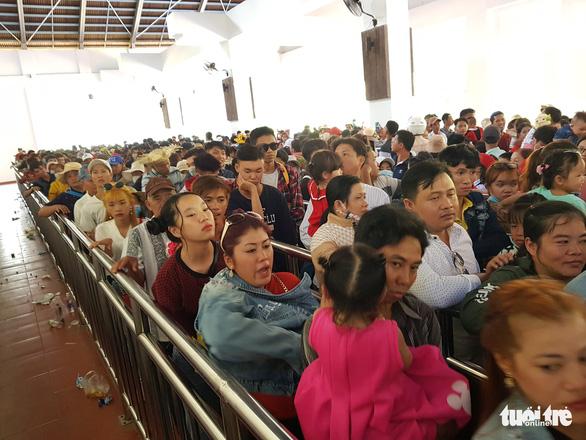 Núi Cấm quá tải, đông nghẹt khách xếp hàng mòn mỏi đợi cáp treo - Ảnh 1.