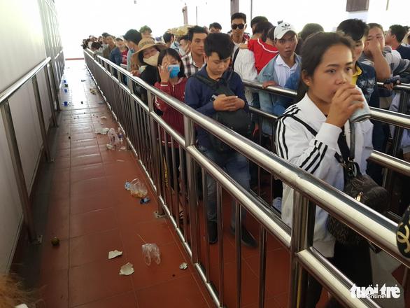 Núi Cấm quá tải, đông nghẹt khách xếp hàng mòn mỏi đợi cáp treo - Ảnh 5.