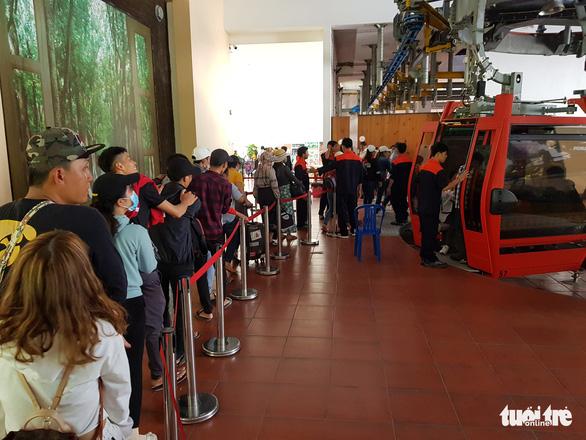 Núi Cấm quá tải, đông nghẹt khách xếp hàng mòn mỏi đợi cáp treo - Ảnh 4.