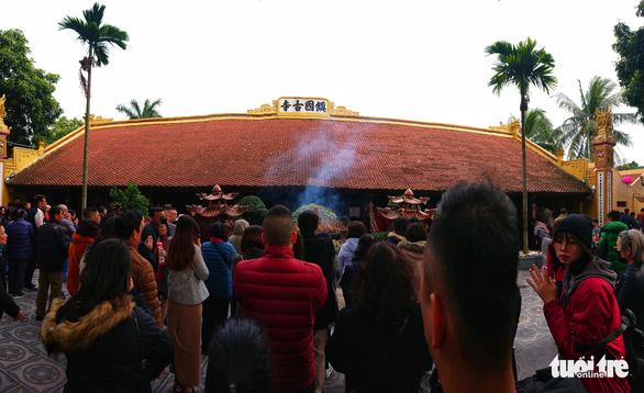 Người dân nô nức lễ chùa đầu năm, đường ven Phủ Tây Hồ chật cứng - Ảnh 5.
