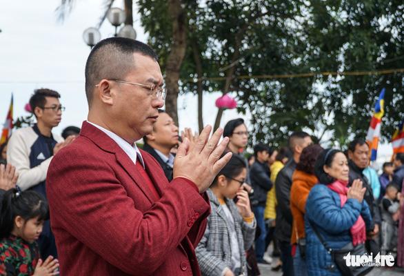 Người dân nô nức lễ chùa đầu năm, đường ven Phủ Tây Hồ chật cứng - Ảnh 8.