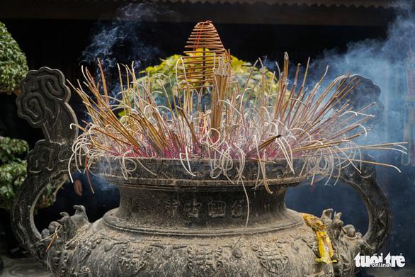 Người dân nô nức lễ chùa đầu năm, đường ven Phủ Tây Hồ chật cứng - Ảnh 6.
