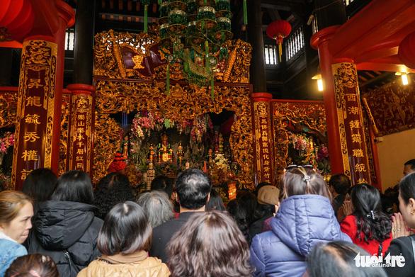 Người dân nô nức lễ chùa đầu năm, đường ven Phủ Tây Hồ chật cứng - Ảnh 4.