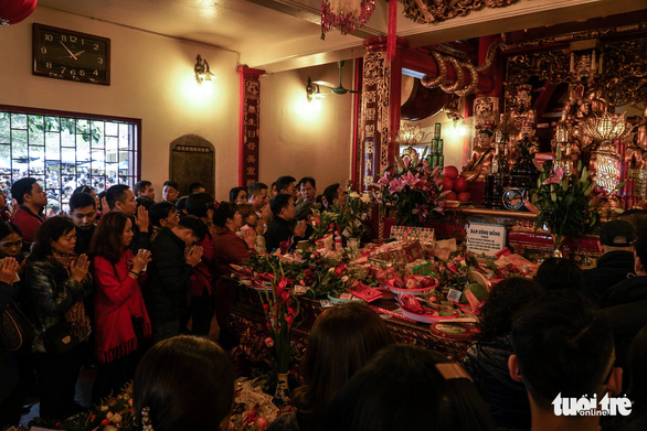 Người dân nô nức lễ chùa đầu năm, đường ven Phủ Tây Hồ chật cứng - Ảnh 3.