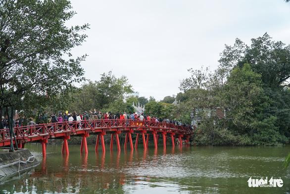 Người dân nô nức lễ chùa đầu năm, đường ven Phủ Tây Hồ chật cứng - Ảnh 7.