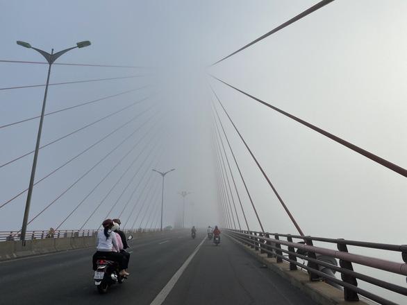 Cầu Cần Thơ tưởng như đang bắc qua một khoảng không trung từ rất cao - Ảnh: THÙY TRANG