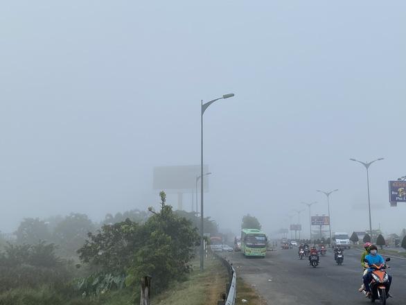 Sương mù bao trùm Cần Thơ vào Mùng 2 Tết - Ảnh 2.