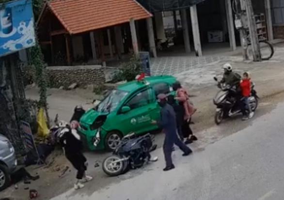 Tài xế taxi ngủ gật tông ba xe máy, 9 người bị thương - Ảnh 1.