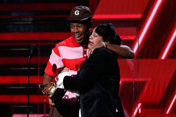 Billie Eilish thắng lớn tại lễ trao giải Grammy 2020 - Ảnh 10.