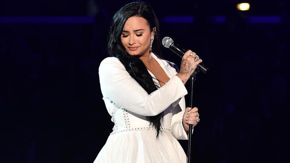 Billie Eilish thắng lớn tại lễ trao giải Grammy 2020 - Ảnh 7.