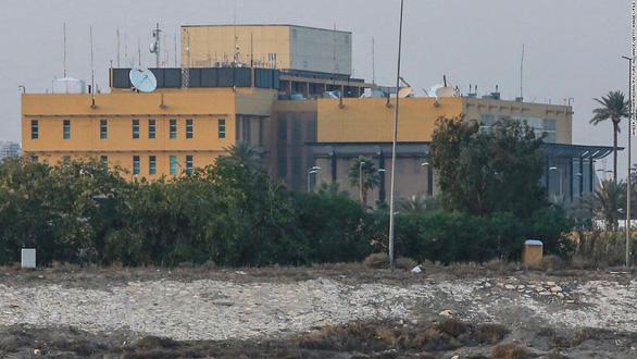 Lực lượng bí ẩn bắn rocket trúng Đại sứ quán Mỹ ở Iraq - Ảnh 1.
