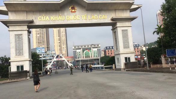 Lào Cai tạm ngừng xuất, nhập cảnh khách du lịch qua cửa khẩu quốc tế - Ảnh 1.