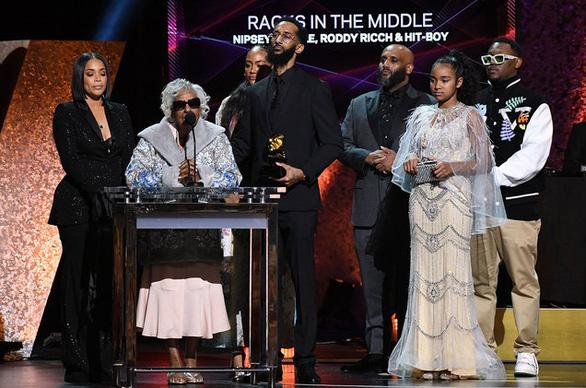Billie Eilish thắng lớn tại lễ trao giải Grammy 2020 - Ảnh 8.