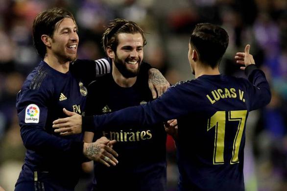 Nacho lập công giúp Real Madrid vượt mặt Barca chiếm ngôi đầu bảng - Ảnh 1.