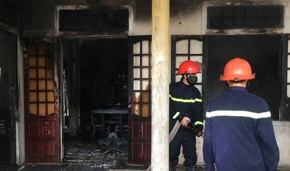 Thanh niên nghi ngáo đá tự đốt nhà mình rồi cố thủ trong nhà - Ảnh 1.