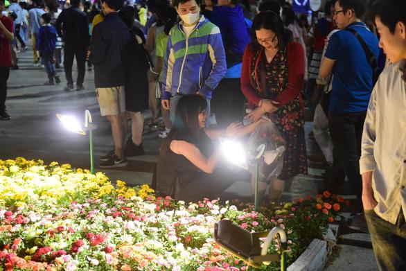 Hoa trên đường hoa Nguyễn Huệ 2020 khoe sắc trước giờ đóng cửa - Ảnh 1.