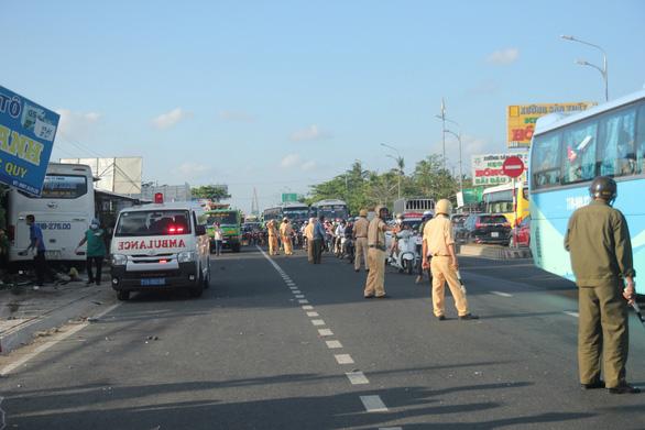 Đang xả trạm, xe khách 29 chỗ tông ngang xe máy, 1 người chết 1 bị thương - Ảnh 2.