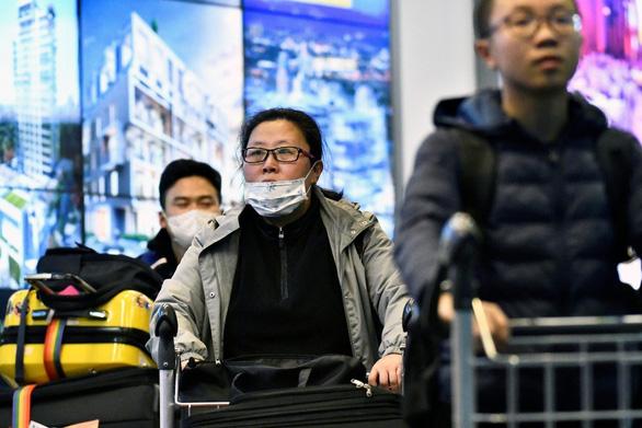 Không thức ăn, chăn mền và báo giấy cho hành khách đến và rời Trung Quốc - Ảnh 1.